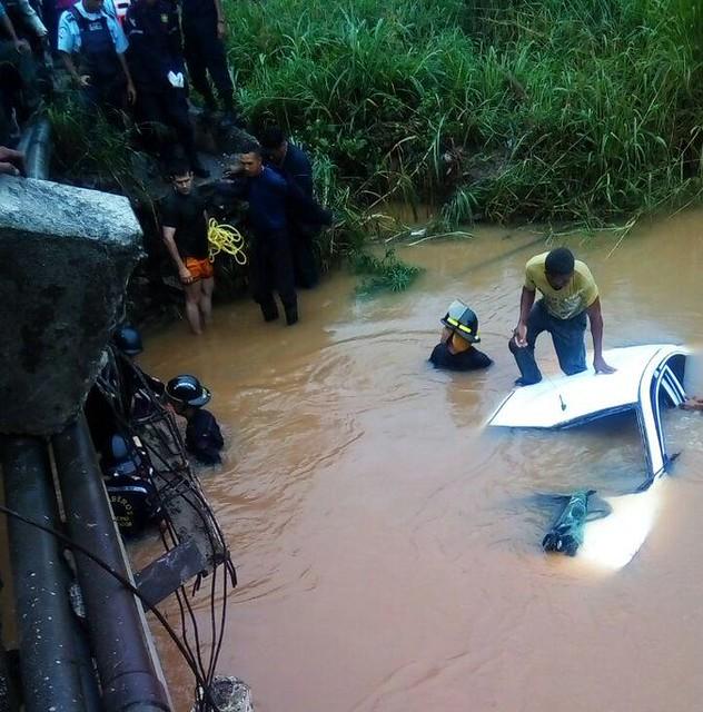 #4Nov Mujer fallece luego que su vehículo cayera en un río vía Campo Carabobo https://t.co/xIXUJdo0WZ #acn November 04, 2016 at 07:26AM