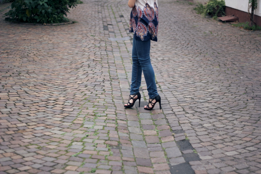 outfit jeans casual basic heels town cobblestones blogger ffm