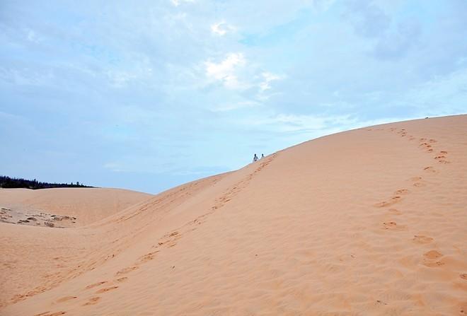 Phan Thiết: Không còn là mùa du lịch biển, song Phan Thiết không chỉ có biển, mà còn có đồi cát, tháp Chàm, hải sản, đặc sản. Ảnh: Văn Tuấn.