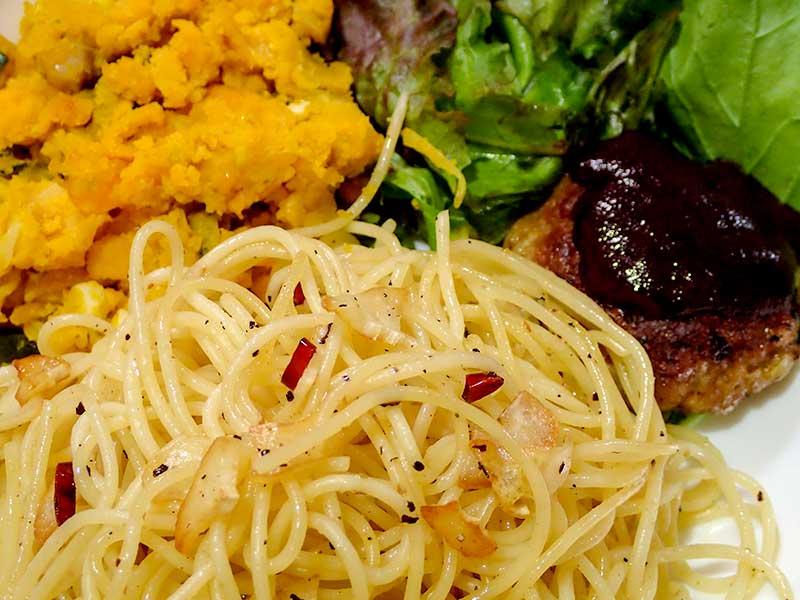 カボチャサラダとミニハンバーグとペペロンチーノ