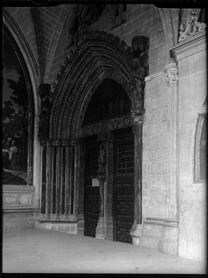 Puerta de Santa Catalina de la Catedral de Toledo hacia 1920. Fotografía de Enrique Guinea Maquíbar © Archivo Municipal de Vitoria-Gasteiz