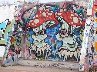 Graffiti mit Hohngelächter um mich herum die taktlosen Weisen zum sofortigen Ablehnen während seiner Jahre an der Küste eines Besseren lernte 00141