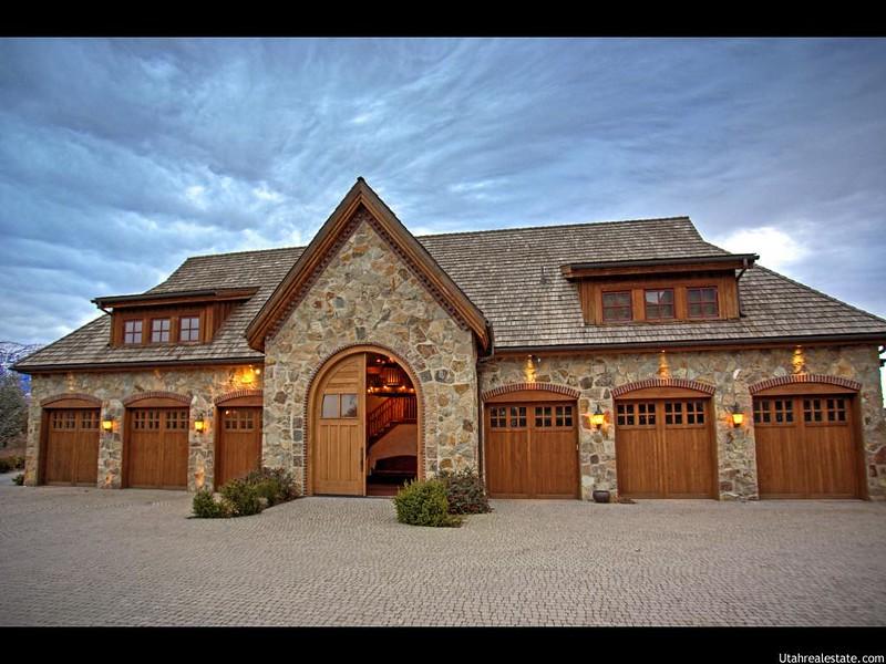 Огромный гараж особняка у озера