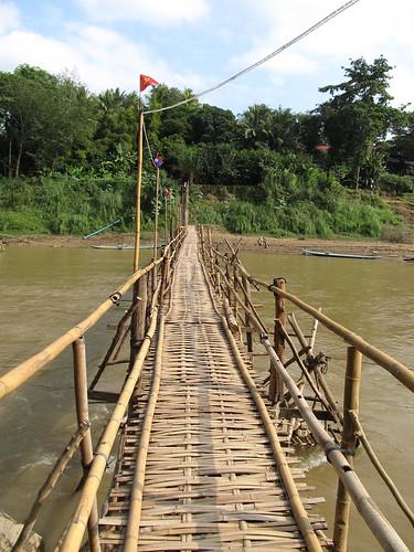 Luang Prabang: la rivière Nam Khan et un des ses ponts en bambou