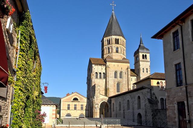CLuny - clocher roman illuminé