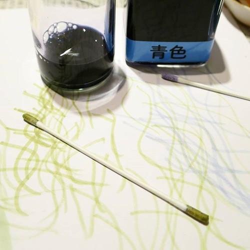 試し描きをしながら、色を模索するのである。