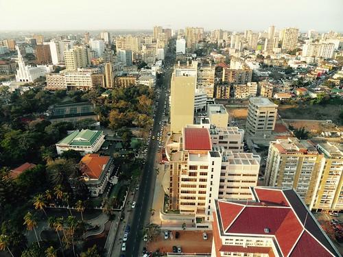 Maputon kaupunkimaisemakuvassa näkyvät katolinen katedraali, Jardim Tunduro, avenida Vladimir Lenin ja tornitaloja.