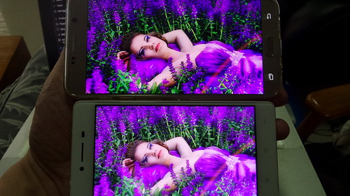 เทียบ Super AMOLED Samsung Galaxy Note 5 (บน) กับ AMOLED OPPO R7 Lite (ล่าง)