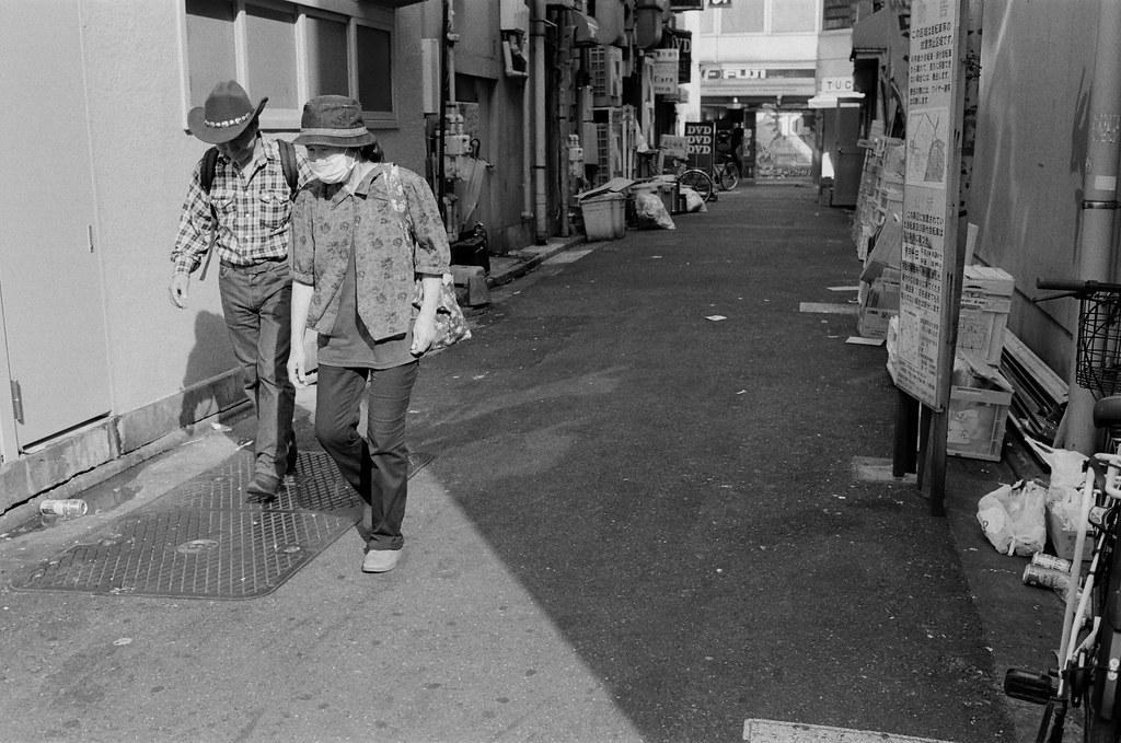 池袋 東京 Tokyo 2015/10/04 從巷口走出來的一對老人。有的時候我都會故意等畫面中的人走的我想要的位置,像是這張,他們從遠方走過來,如果太早按快門,他們就會小小一個,有點可惜,況且他們是一對老夫妻,也很有故事畫面。  Nikon FM2 Nikon AI AF Nikkor 35mm F/2D Kodak TRI-X 400 / 400TX 1274-0024 Photo by Toomore