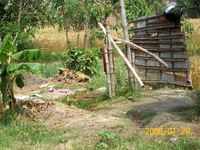 इस्तेमाल किये हुए पानी से सब्जी उगाने के काम लेते गिदहा गाँव के किसान