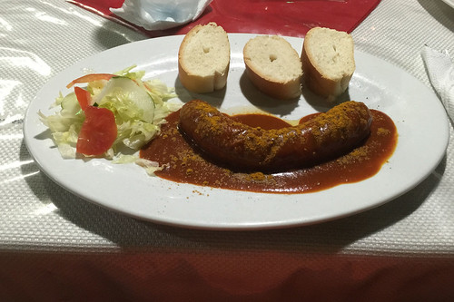 "Curried sausage with ""bun"" / Currywurst mit ""Brötchen"" - Schlemmerstube Sosua - Dominikanische Republik"