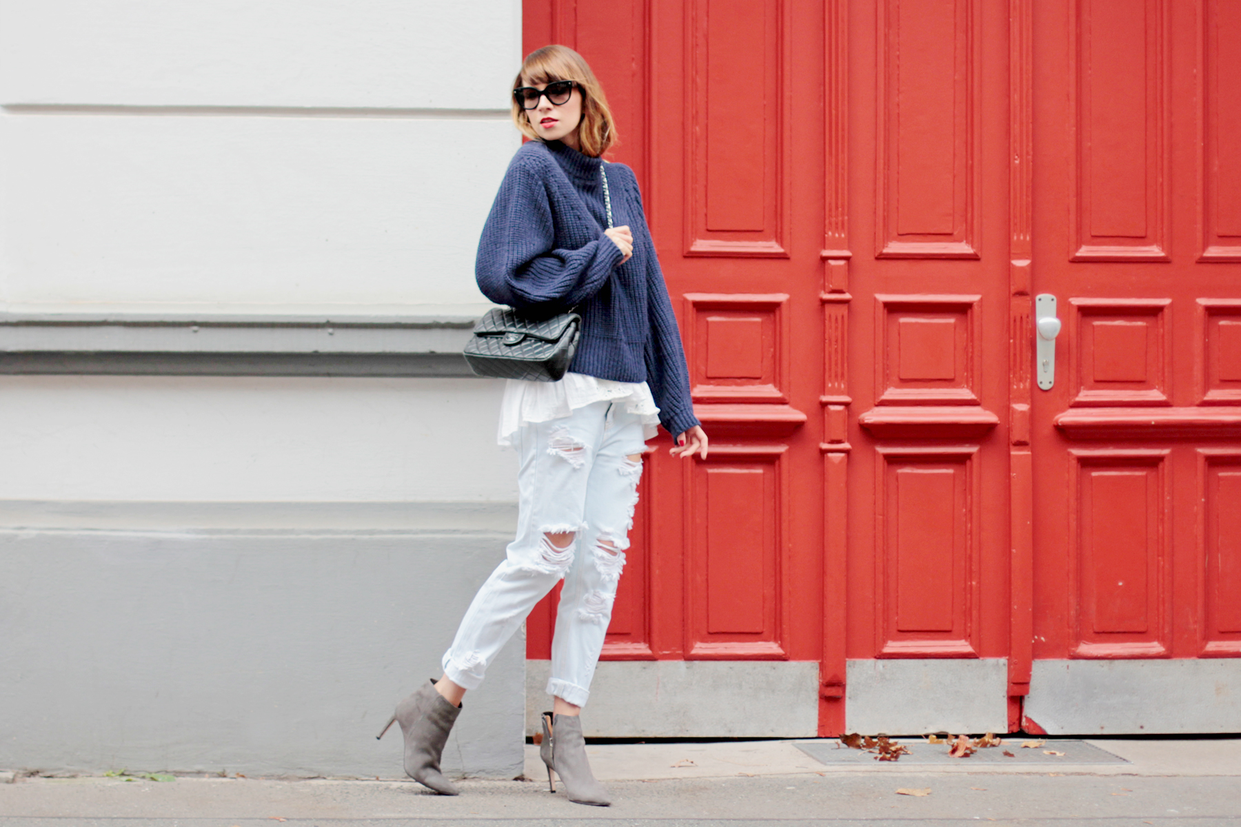 ootd outfit cozy winter female outfit boyfriend jeans lace chanel double flap knitwear blue red door styling fashionblogger cats & dogs modeblog ricarda schernus hannover düsseldorf berlin 6