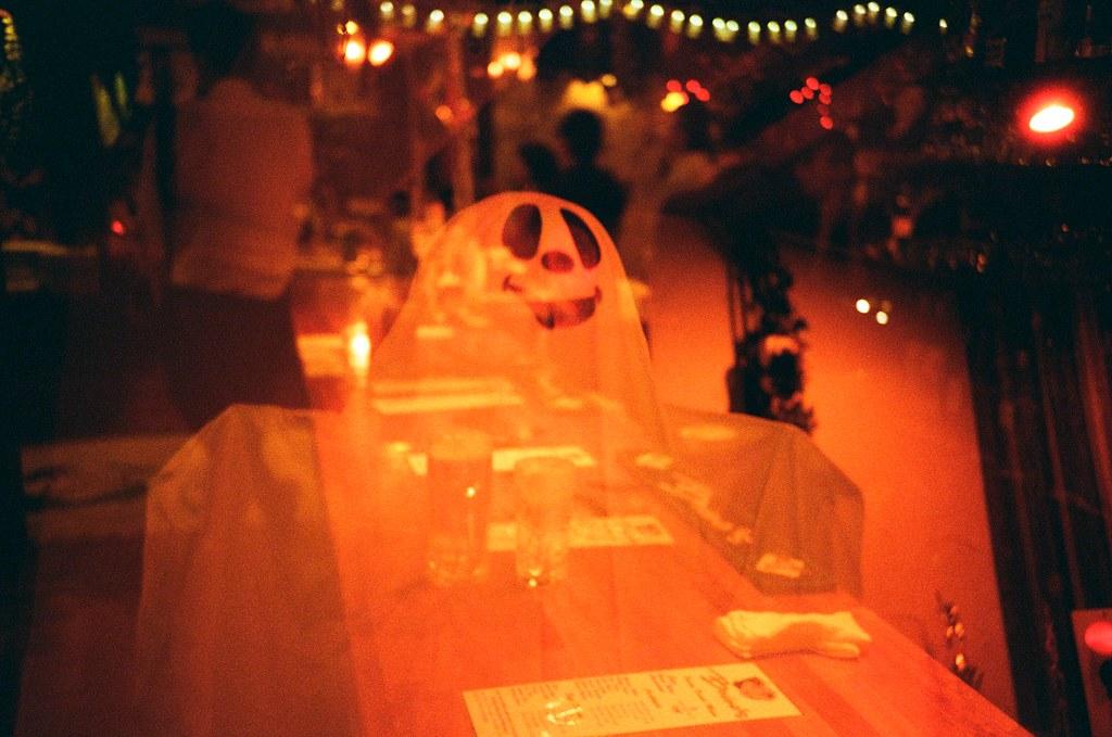 Okinawa / Lomo LC-A+ 2015/10/27 最後一天晚上的員工旅遊是到一間美式餐廳,很酷!肉吃好多,還有吃到灑肉桂粉的芭樂!當然也喝了很多啤酒!!  我們那一小隊晚上又拿到冠軍!突然認識一整桌都是獅子座的女同事,有點恐怖!  這卷 Lomo 底片拍出來效果很酷!有點末日風格的感覺,如果在末日前還在日本的話,我願意!!  Lomo LC-A+ Lomography Redscale XR 50-200 35mm 2506-0024 Photo by Toomore