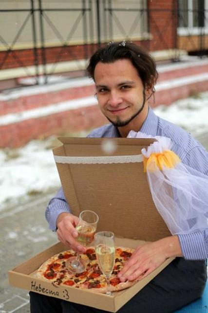 Joven se caso con una pizza tamaño grande