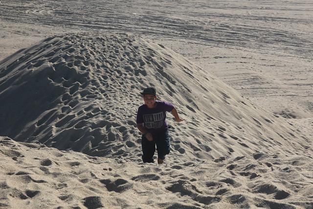 abang koning berlari mendaki bukit dune pasir
