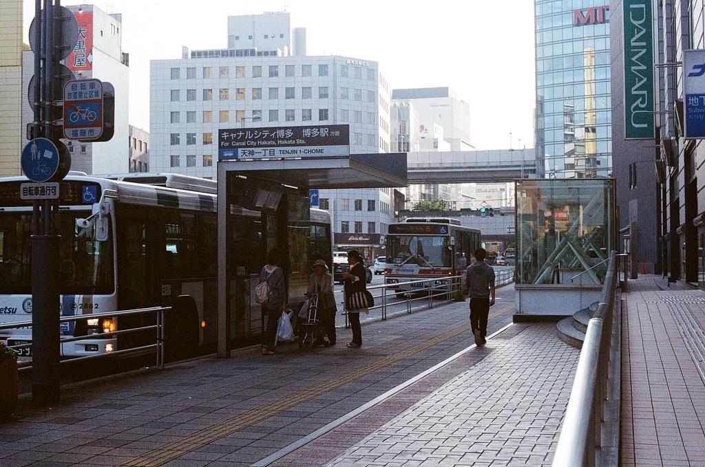 天神 福岡 Fukuoka 2015/09/04 走回天神車站附近,本來是想要拍公車與後面火車進站,但看起來好像沒有很明顯 ...  Nikon FM2 / 50mm Kodak UltraMax ISO400 Photo by Toomore