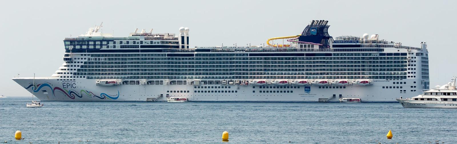 2. Город любят посещать круизные лайнеры, не смотря на то, что порта для приема таких судов в Каннах нет. Они попросту встают на якорь неподалеку от берега и доставляют желающих на берег на катерах.