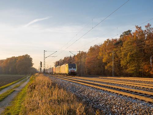 E189 931 fährt im Gegengleis von Zorneding kommend Richtung Grafing
