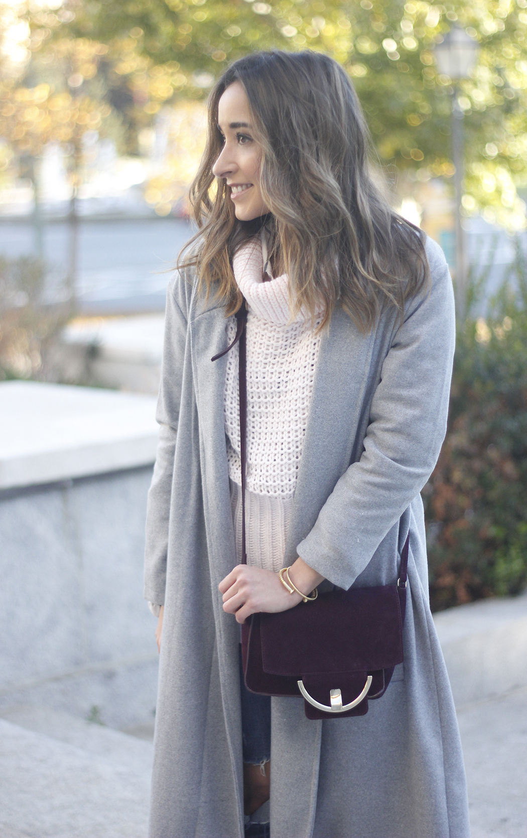 Grey coat with pink sweater jeans burgundy purse uterqüe outfit streetstyle08