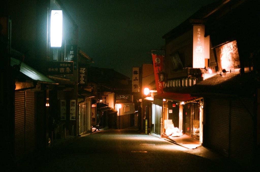 清水寺 夜間 京都 Kyoto 2015/09/24 這一天晚上沒有直接回到住的地方,而是跑來拍晚上的清水寺,因為沒有夜間參拜的關係,這裡太陽下山後店家就打烊了,整條路上就這樣安安靜靜的,我記得那時候才剛過晚上七點而已。  Nikon FM2 Nikon AI Nikkor 50mm f/1.4S AGFA VISTAPlus ISO400 0951-0021 Photo by Toomore
