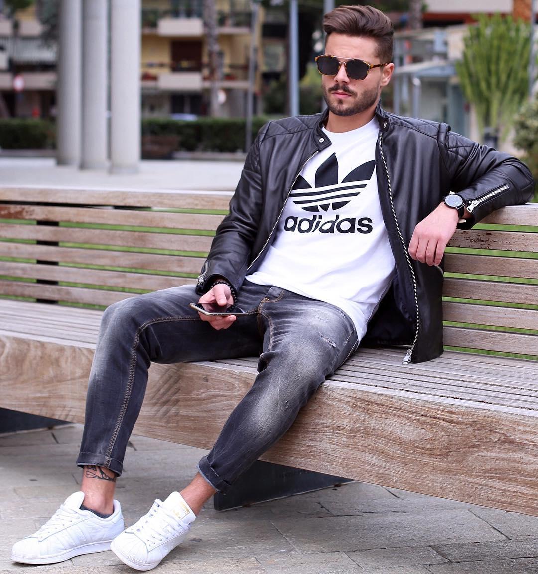黒シングルライダース×白adidasロゴTシャツ×ブラックジーンズ×adidasスーパースター全白
