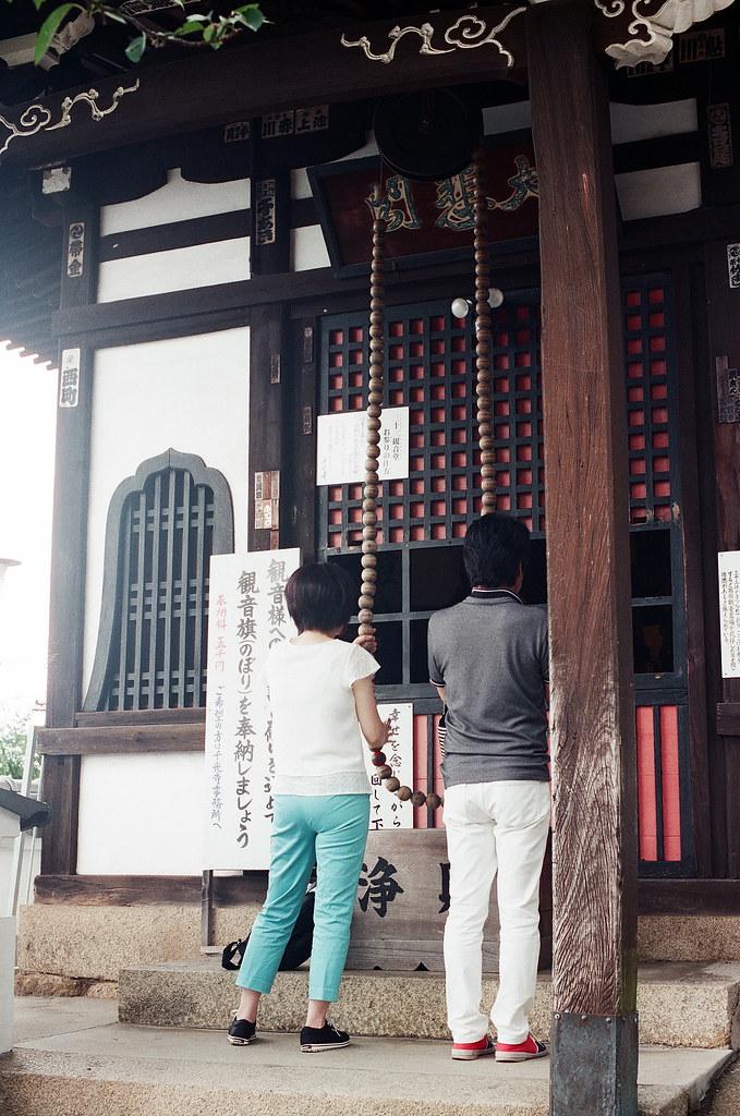千光寺 尾道 おのみち Onomichi, Hiroshima 2015/08/30 拉那一串串的佛珠,會有咖咖咖的聲音。  Nikon FM2 / 50mm FUJI X-TRA ISO400 Photo by Toomore