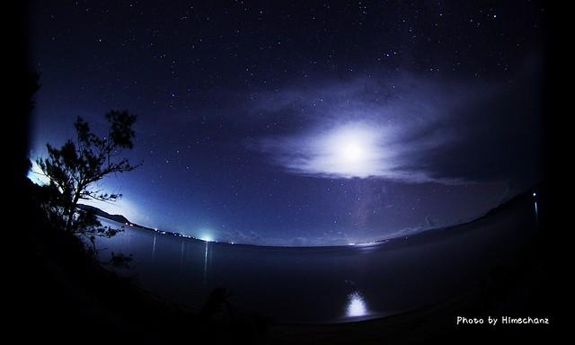 名蔵湾から見える月
