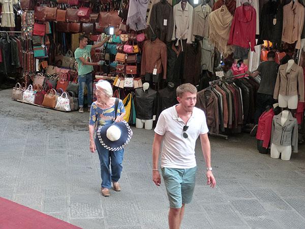 lala et clem le long du marché san lorenzo