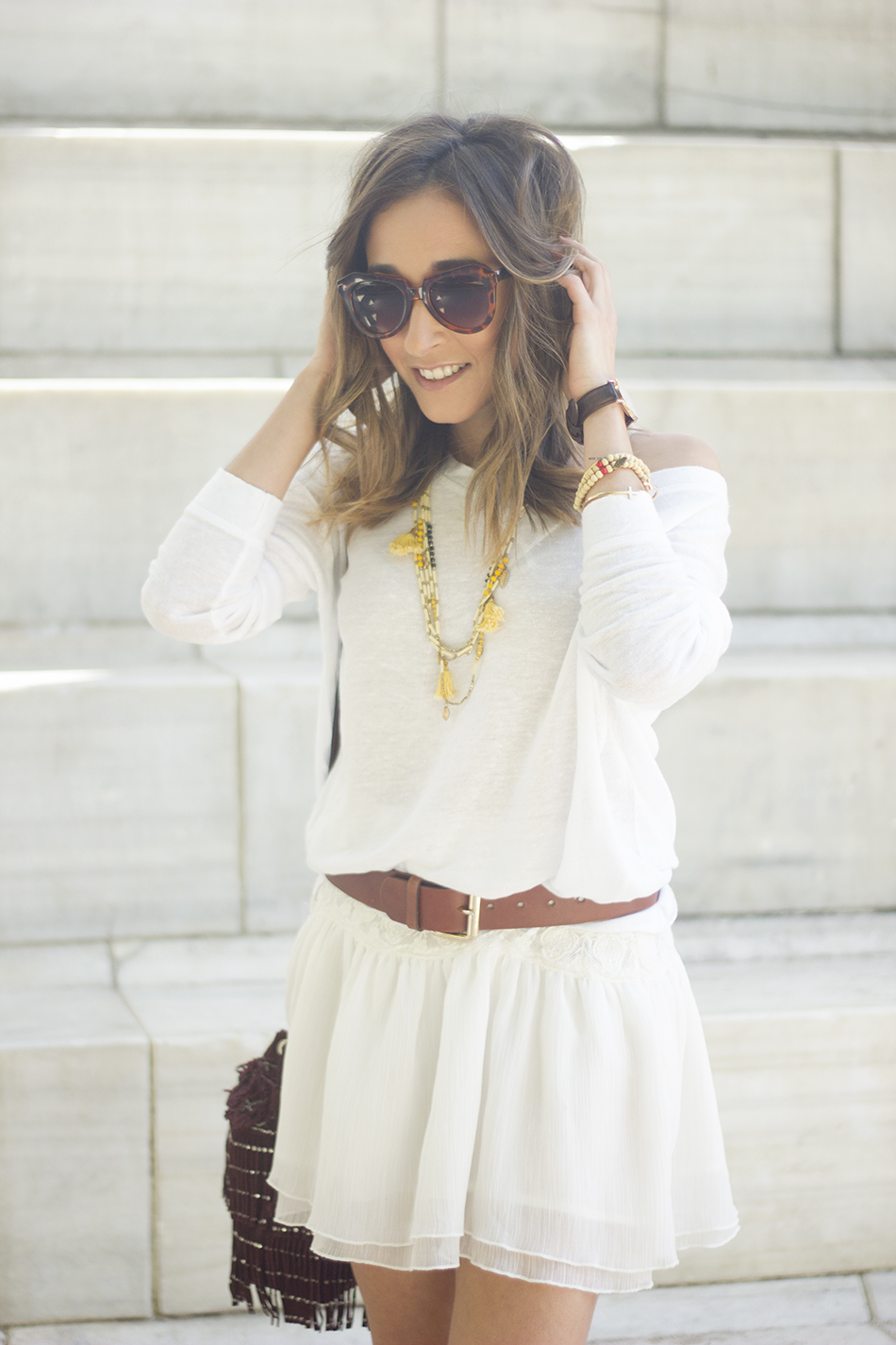White casual outfit with brown booties and burgundy bag06