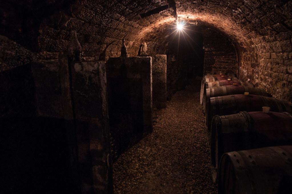 Balade gastronomique dans l'Yonne - Les bouteilles disparaissent dans la pénombre