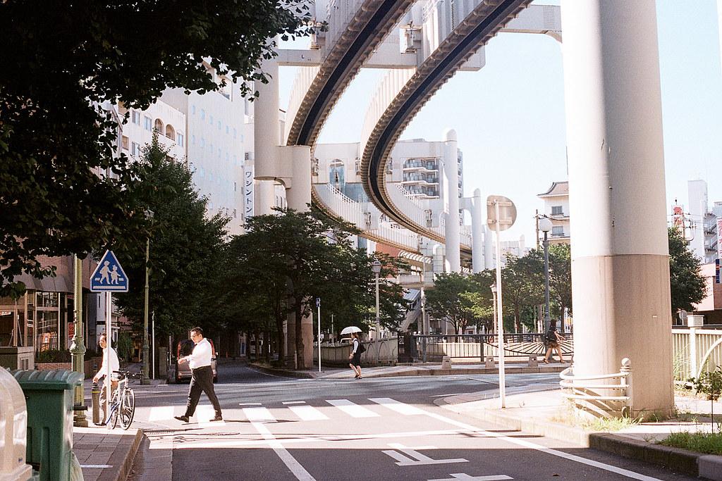 """千葉市 ちばし Chiba 單軌電車 2015/08/05 上面是千葉單軌電車,剛到千葉的時候還以為那是什麼管線運輸的高架,後來看到一個列車車廂行駛過去才恍然大悟!  這個場景有一個小遺憾,本來有隻鴿子停在路旁邊,牠突然飛了起來,而我還在欣賞那突如其來的起飛畫面而忘記按快門,那時候一直很懊惱,還在那裡等了一下看看還有沒有可能有另外一隻。  Nikon FM2 Nikon AI Nikkor 50mm f/1.4S Kodak ColorPlus ISO200  <a href=""""http://blog.toomore.net/2015/08/blog-post.html"""" rel=""""noreferrer nofollow"""">blog.toomore.net/2015/08/blog-post.html</a> Photo by Toomore"""