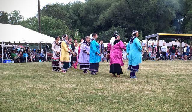 Les femmes se préparent à concourir pour les danses amérindiennes...