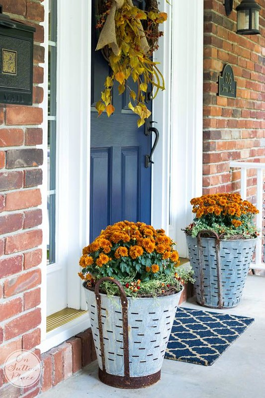 front-porch-fall-decor-olive-bucket-mums