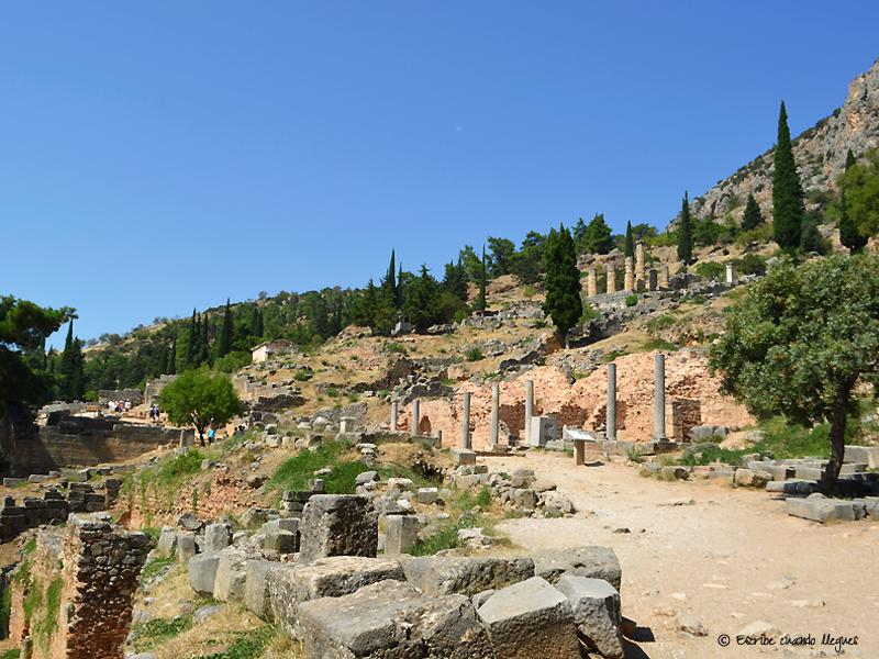Acceso a la Via Sacra dentro del yacimiento arqueológico de Delfos