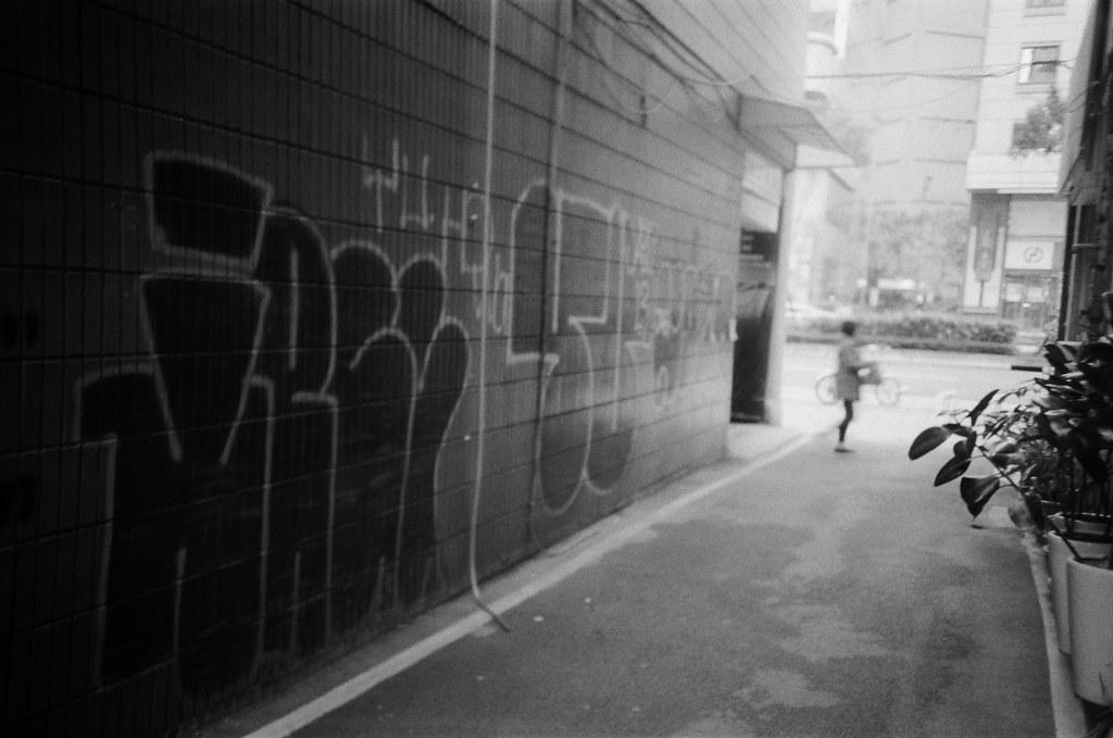 巷弄 / Lomo LC-A+ 2015/11/02 - 2015/11/04 第一卷 Lomo LC-A+ 拍的黑白底片。不像一般相機可以縮一點光圈,所以畫面都有點軟軟的,但這就是 Lomo 的特色啦,暗角!  大概花了兩天的時間在上下班通勤的時候隨意拍,挑幾張還不錯的畫面!  Lomo LC-A+ Kodak TRI-X 400 / 400TX 2939-0006 Photo by Toomore