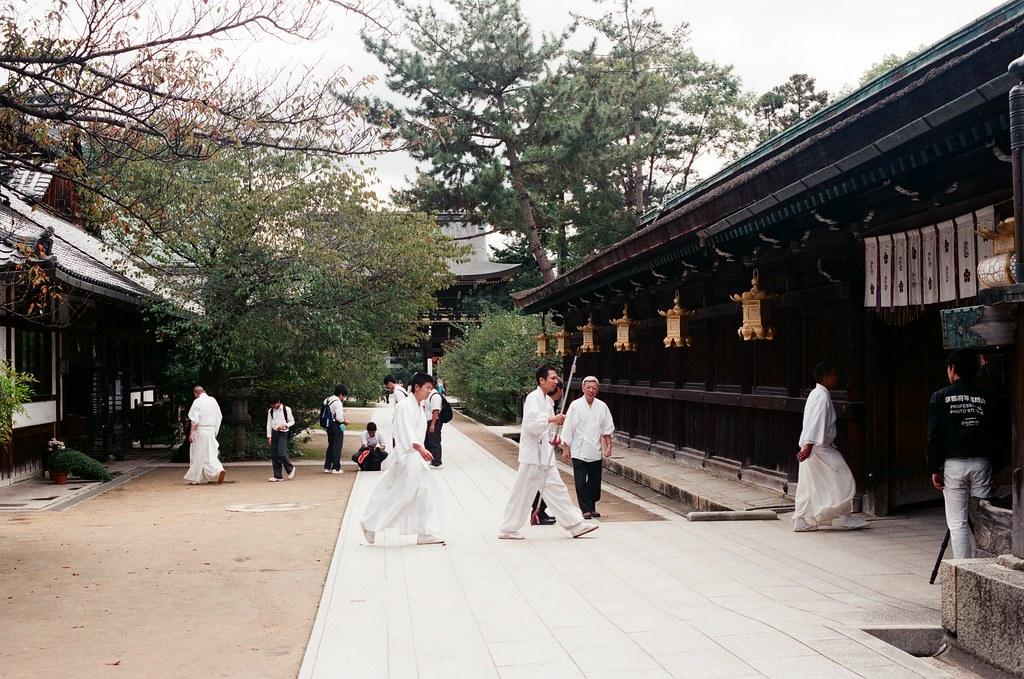 北野天滿宮 京都 Kyoto 2015/09/26 北野天滿宮,看到神職人員要進去裡面。  Nikon FM2 Nikon AI Nikkor 50mm f/1.4S AGFA VISTAPlus ISO400 0952-0029 Photo by Toomore