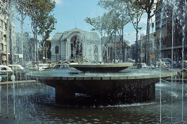 Saigon Fountain 1970 - Photo by Artzkat - Bồn phun nước xưa, nay không còn nữa