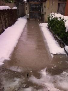 ロードヒーター設置後。雪の日も、玄関までの通路の雪が溶けています。