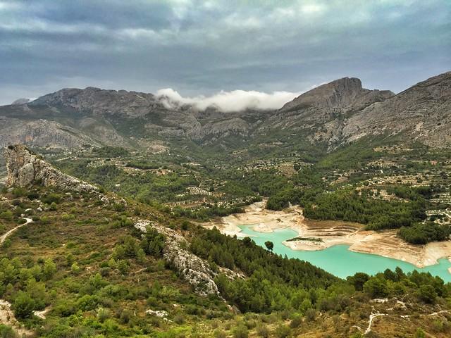 Paisaje del Valle de Guadalest, con el embalse al fondo