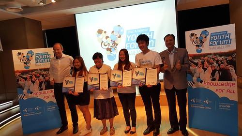 ผู้เข้ารอบ 4 finalists ถ่ายภาพร่วมกับ Mr. Lars, CEO dtac และ Mr. Bijaya, Representative for UNICEF Thailand