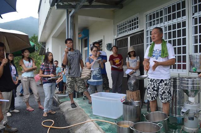 陳天來與民眾講解黃豆磨製過程。攝影:謝宗璋。