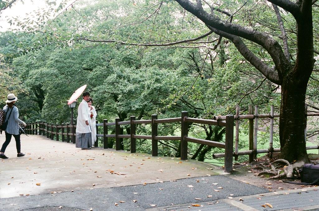 熊本城 熊本 Kumamoto 2015/09/06 離開城堡後發現外面有一對新人在拍婚紗 ... 一種很幸福的感覺,這裡我真的有點感傷 ...  Nikon FM2 / 50mm AGFA VISTAPlus ISO400 Photo by Toomore