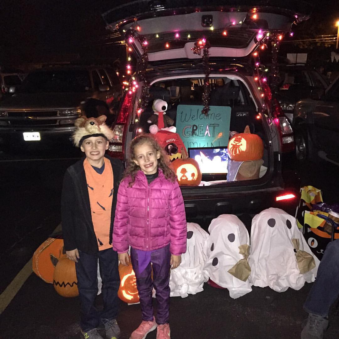 Trunk or treat with my favorite peeps! 🎃🎃🎃 let the weekend of festivities start! #trunkortreat #peanuts #mal #foxy