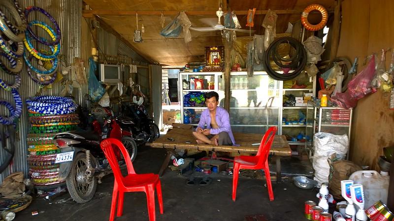 Mann mit Moped_Kambodscha