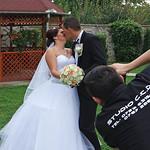 Hochzeitskuss vor der Sommerlaube - für Hochzeitsfotografen und Brautpaare ein beliebter Hintergrund.