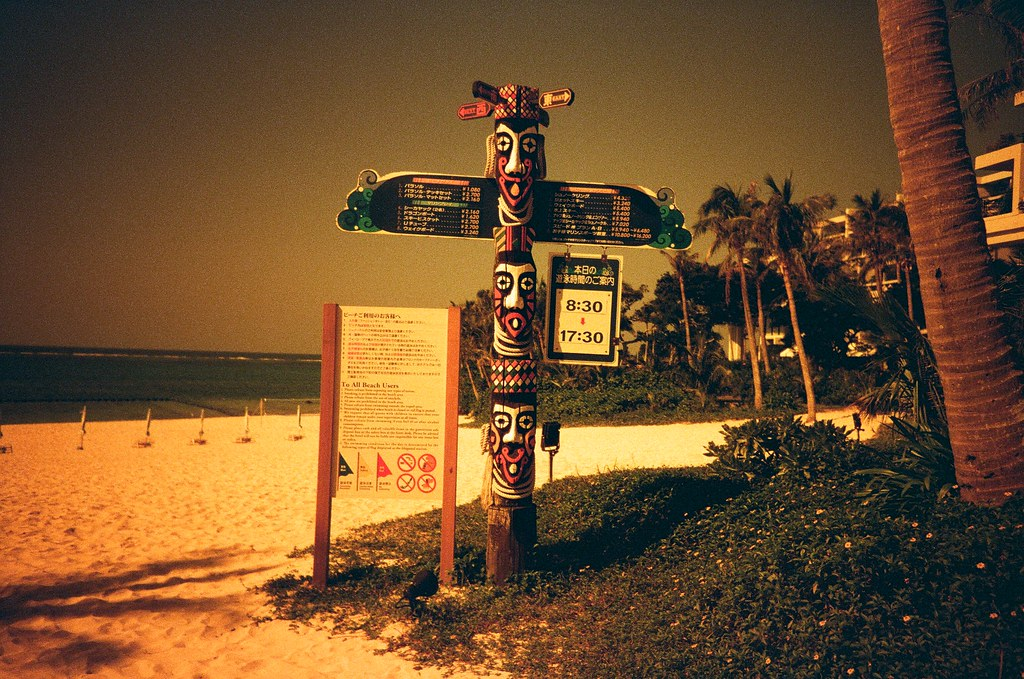 Okinawa / Lomo LC-A+ 2015/10/27 住的飯店的海灘!很酷!  這卷 Lomo 底片拍出來效果很酷!有點末日風格的感覺,如果在末日前還在日本的話,我願意!!  Lomo LC-A+ Lomography Redscale XR 50-200 35mm 2506-0010 Photo by Toomore