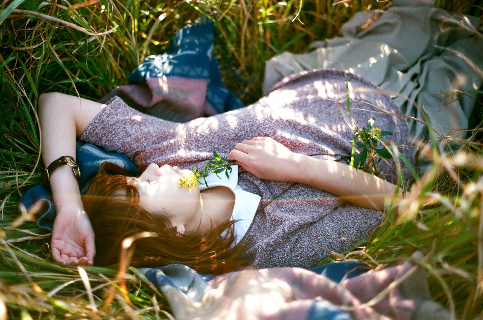 秋のベッドで眠る