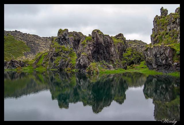 Reflejos de las rocas en lago Svörtulón