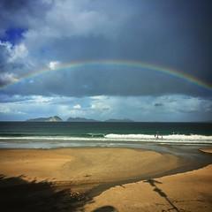 El #otoño es tiempo de #tormentas #chaparrones #lluvia y paisajes que nunca dejan de cambiar. Hoy, durante la clase matinal del #txoko #txokosurfclub #arcoiris #arcodavella #rainbow #playa #beach #galicia #cies
