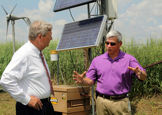 Jun. 6, 2014, Agriculture Secretary Tom Vilsack and Agricultural Research Service (ARS) supervisory plant physiologist Dr. Jerry Hatfield discuss gathering information on climate changes and impacts.